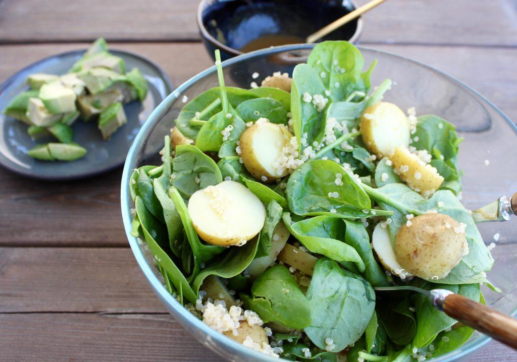 Kartoffelsalat med spinat og hvid quinoa