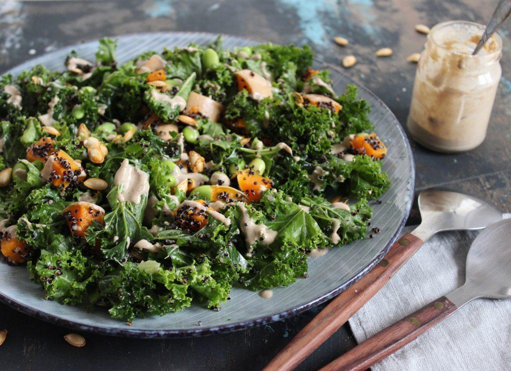 Grønkålssalat med quinoa og tahin dressing
