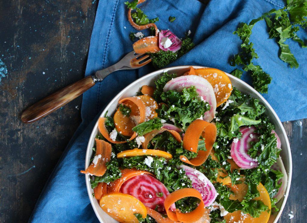Vintersalat af grønkål og kakifrugt