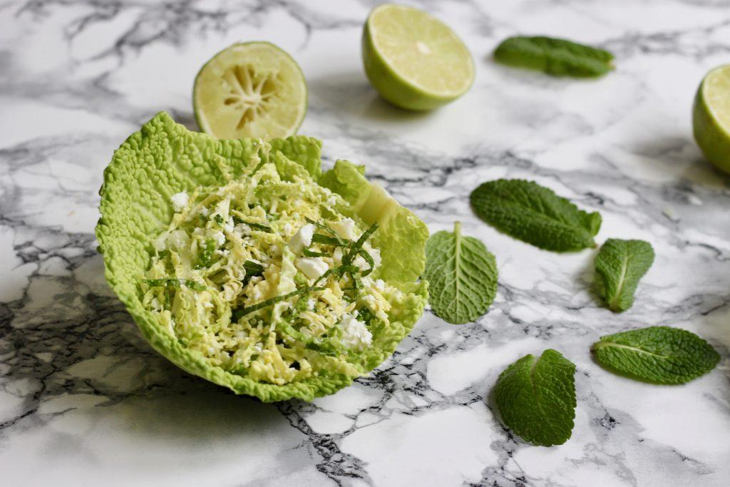 Savoykålssalat med lime, mynte og feta
