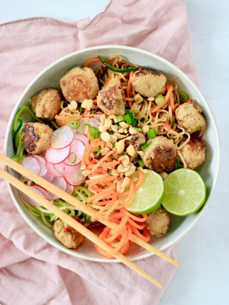 Thaikødboller teriyakisauce fuldkorn grøntsags-nudler